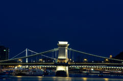 Passerelles de Budapest par nuit Photographie stock