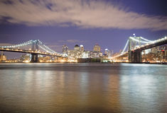 Passerelles de Manhattan et de Brooklyn la nuit Images stock