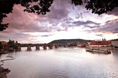 Passerelles de Prague au coucher du soleil images libres de droits