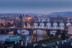 Passerelles de Prague au coucher du soleil Image stock
