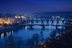 Passerelles de Prague la nuit Photographie stock libre de droits