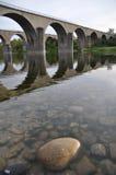 passerelles traversant le fleuve Photographie stock libre de droits