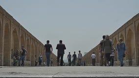 Passers Isphahan van de Khajubrug stock footage