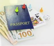 Passet tärning och spelakort centrerar - passet Du kan förlora allt - liv Närbild royaltyfri bild