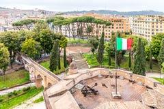 """Passetto di Borgo - повышенный проход к государству Ватикан Взгляд от крепостных стен Castel Sant """"Angelo Рим, Италия стоковое изображение"""