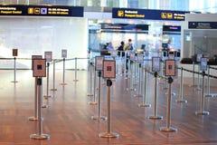 Passez à la zone de contrôle de passeport dans l'aéroport Images stock