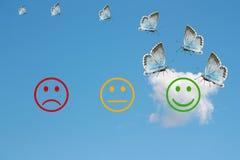 Passez en revue la classification avec les visages heureux et fâchés sur le fond de ciel bleu Photographie stock
