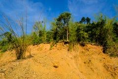Passez la glissière en contrebande au sol de montagne de sol et de roche Image stock