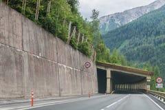Passez la route au-dessus des Alpes, tunnel d'AustriaCar dans les Alpes, Autriche photos stock