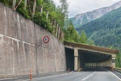 Passez la route au-dessus des Alpes, tunnel d'AustriaCar dans les Alpes, Autriche image libre de droits
