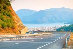Passez la route et la ville de montagne Images stock
