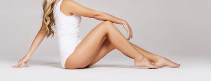 Passform och sportig härlig kvinna med perfekt form Flicka i vit Royaltyfri Foto