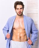 Passform som är macho i badrock med torson och sex packar Royaltyfri Bild