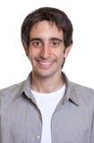 Passfoto av en grabb i en grå skjorta arkivbilder