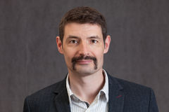 Passfoto av fortiesmannen med en lång mustasch Arkivfoto