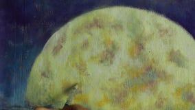 Passi con la pittura della spazzola una grande luna arancio in blu, la riflessione della luna in oceano, il mare, l'acqua stock footage