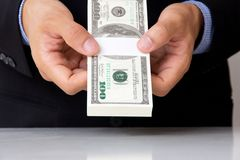 Passi dare i soldi Immagine Stock