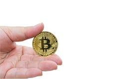 Passi giudicare un Bitcoin dorato isolato su fondo bianco Fotografia Stock