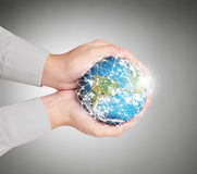 Passi gli elementi del globo della tenuta di questa immagine ammobiliati dalla NASA Fotografia Stock Libera da Diritti