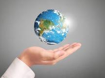 Passi gli elementi del globo della tenuta di questa immagine ammobiliati dalla NASA Immagini Stock Libere da Diritti