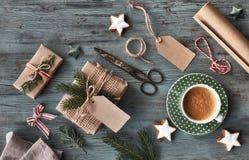 Passi i regali elaborati sulla tavola di legno rustica scura con il Natale de Immagini Stock Libere da Diritti