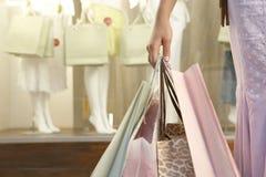 Passi i sacchetti della holding Fotografie Stock Libere da Diritti