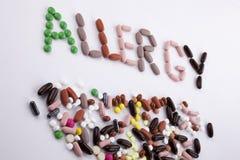 Passi il concetto di assistenza medica di scrittura scritto con la parola ALLERGIA della capsula delle droghe delle pillole su fo Immagine Stock