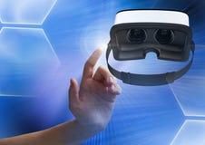 Passi il contatto e l'interazione con la cuffia avricolare di realtà virtuale con effetto di transizione fotografia stock libera da diritti