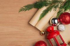Passi il contenitore e gli strumenti di regali elaborati del regalo di Natale sul BAC di legno Immagini Stock Libere da Diritti