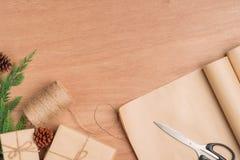 Passi il contenitore e gli strumenti di regali elaborati del regalo di Natale sul BAC di legno Fotografia Stock Libera da Diritti
