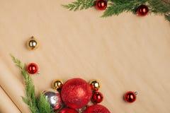 Passi il contenitore e gli strumenti di regali elaborati del regalo di Natale sul BAC di legno Fotografie Stock Libere da Diritti