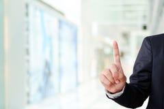 Passi il gesto del punto sul fondo dell'ufficio della sfuocatura, concetto di affari Fotografie Stock
