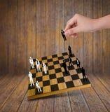 Passi il gioco del gioco di scacchi con le siluette della gente di affari Fotografia Stock