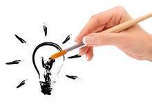 Passi il pennello ed il disegno della tenuta lampadina Fotografia Stock Libera da Diritti