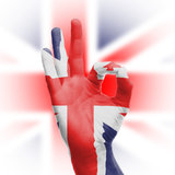 Passi il segno GIUSTO con la bandiera BRITANNICA Fotografia Stock