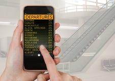 Passi il telefono cellulare commovente e un'interfaccia di App dell'aeroporto di partenze di volo Immagine Stock Libera da Diritti