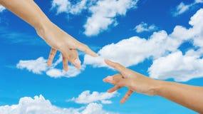 Passi indicare il dito insieme a, su cielo blu e sul fondo delle nuvole di bianco immagini stock libere da diritti