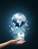Passi l'accumulazione di affari della holding, la terra, busta Fotografie Stock Libere da Diritti