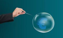 Passi l'ago del foro con l'euro simbolo nella bolla immagini stock