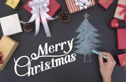 Passi l'albero di Natale di tiraggio con la scatola di regalo e della decorazione fotografie stock libere da diritti