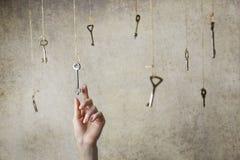 Passi l'allungamento per una delle molte chiavi d'annata vecchie Immagini Stock