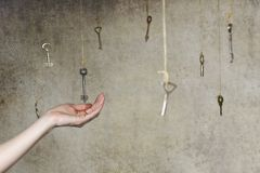 Passi l'allungamento per una delle molte chiavi d'annata vecchie Immagine Stock Libera da Diritti
