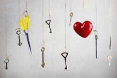 Passi l'allungamento per una delle molte chiavi d'annata vecchie Fotografie Stock