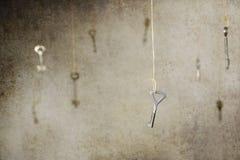 Passi l'allungamento per una delle molte chiavi d'annata vecchie Fotografia Stock Libera da Diritti