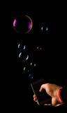 Passi l'azione dell'aggeggio delle bolle di mms degli sms dello smartphone della tenuta Fotografie Stock