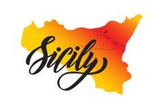 Passi l'iscrizione della parola Sicilia su fondo di forma dell'isola Sicilia con il vulcano Etna illustrazione di stock