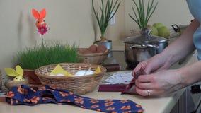 Passi l'uovo dell'involucro in residuo materiale Prepari il fest 4K di Pasqua dell'uovo stock footage