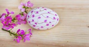 Passi l'uovo di Pasqua rosa di disegno su un fondo di legno Immagini Stock Libere da Diritti