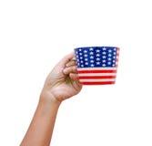Passi la bandiera americana modellata hoding della tazza isolata su backgr bianco Fotografia Stock Libera da Diritti