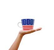 Passi la bandiera americana modellata hoding della tazza isolata su backgr bianco Fotografia Stock